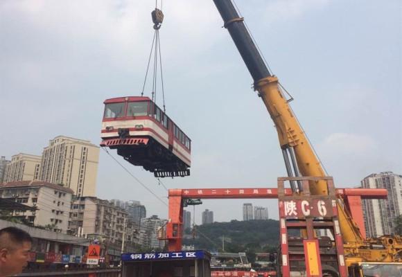 中铁二十四局凤鸣山吊火车头